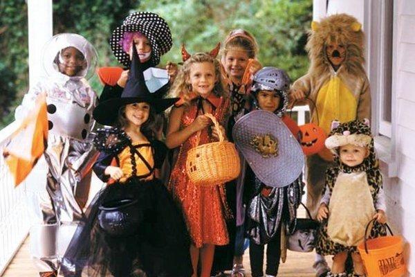 Deti v strašidelných kostýmoch. Chodia po domoch a dostávajú rôzne dobroty.