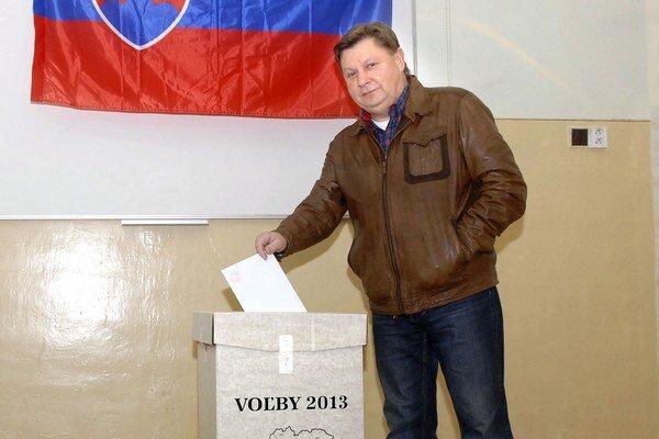 Zdenko Trebuľa pri volebnom akte.