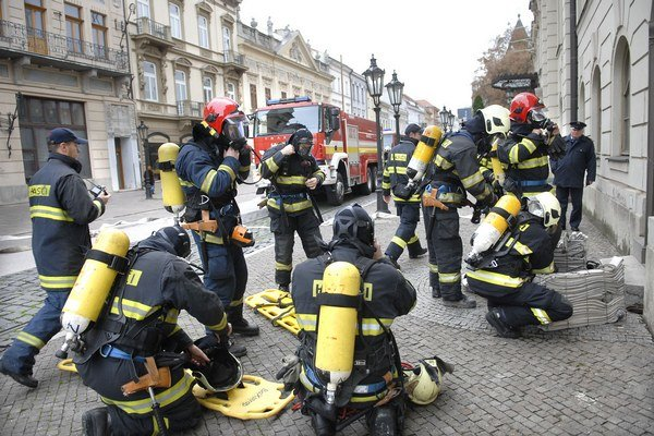 Príprava na zásah. Cvičenie absolvovali desiatky hasičov.