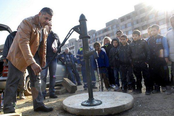 Starosta Lunika IX Dionýz Slepčík si pumpu vyskúšal ako prvý.
