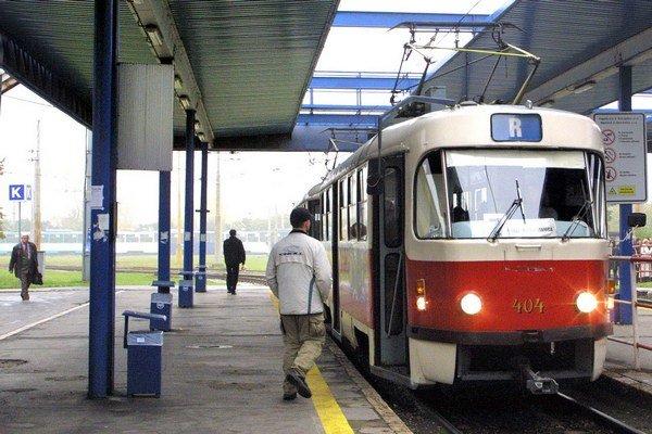 Na R–ku najlacnejší lístok neplatí. Problémom bolo, že medzi štyrmi zastávkami do železiarní sú väčšie vzdialenosti ako v meste.