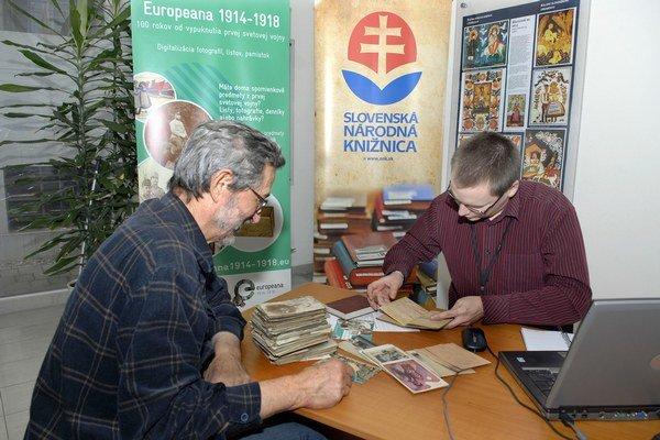 Europeana 1914 - 1918. Ľudia  nosili najmä listy, fotografie, pohľadnice.