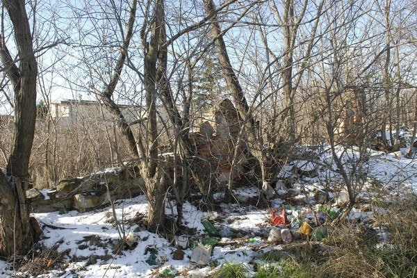 Neudržiavané územie. O zeleň sa nikto nestará. Je tu veľa odpadkov.