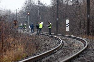 Vyšetrovanie. Policajti museli prehľadať niekoľko desiatok metrov trate.
