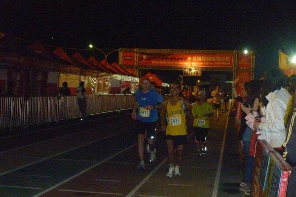 Prienik do svetovej špičky. Slavomír Lindvai (vľavo) počas nočnej časti zlatej 24-hodinovky na Taiwane.