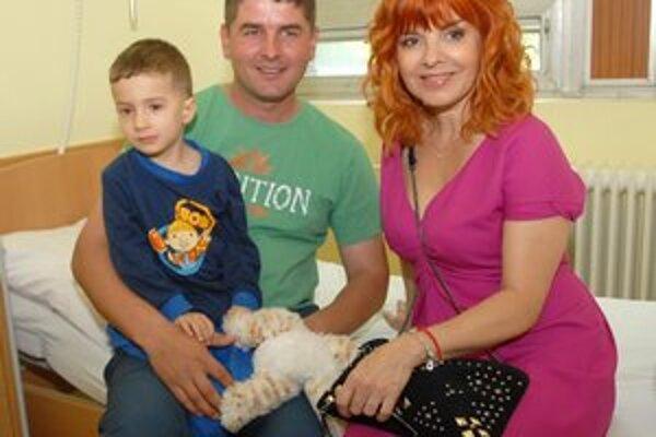 S malým pacientom. Zuzka Tlučková potešila návštevou 3,5-ročného Dominika.
