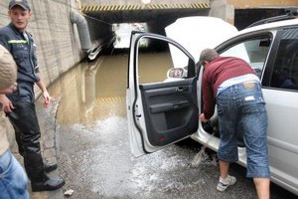 Čľup... Po vytiahnutí bolo auto plné vody.