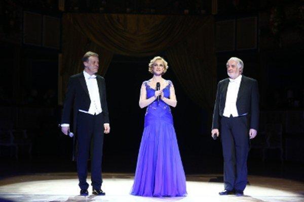 Monika Hilmerová s hostiteľmi plesu