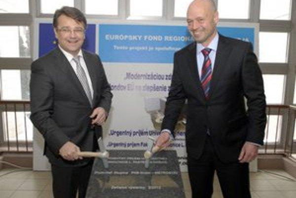 Slávnostný začiatok. Exminister Ivan Uhliarik a exriaditeľ Topmáš Sieber poklepali kameň.