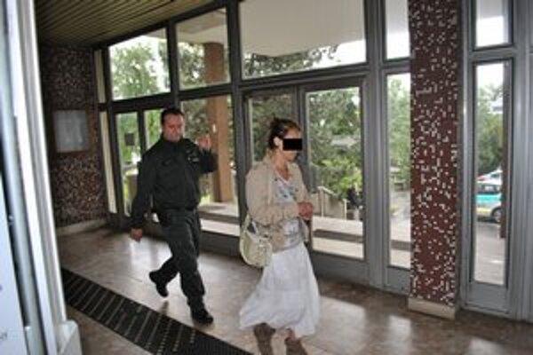 Ester na súde. Priviedli ju policajti, domov šla sama.