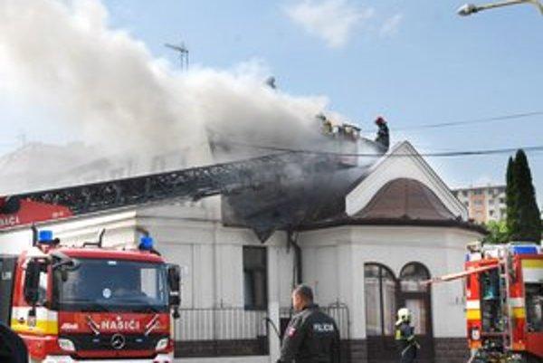 Hasiči požiar likvidovali niekoľko hodín.