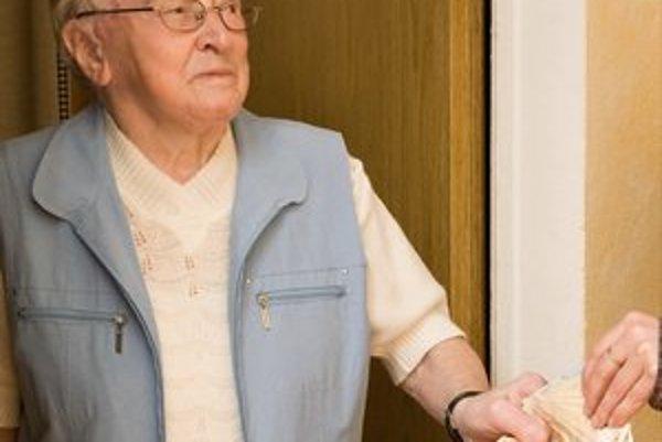 Dôchodcovia sú obeťami podvodov.
