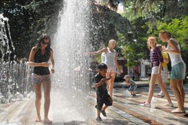 Vítané ochladenie. Košičanom ho ponúkla aj fontána pri Štátnom divadle.