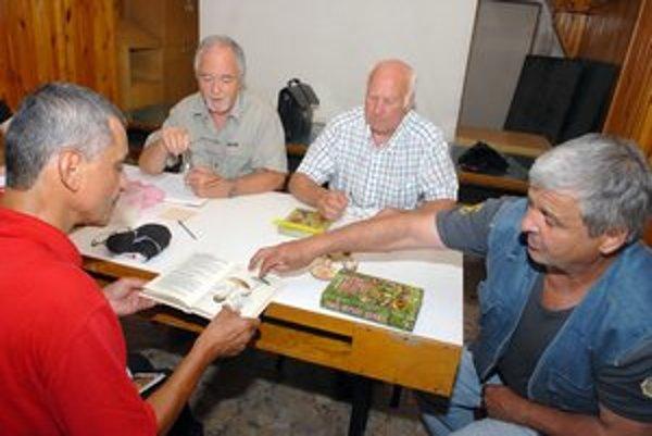 Odborníci z mykologickej poradne. Ján Mariássy (vľavo), Ján Pardovič a Jaroslav Blažek vysvetľujú návštevníkovi rozdiel medzi jedlými a jedovatými muchotrávkami.