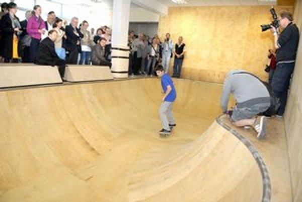 Športový výmenník Ľudová. Je tam i skateboardový bazén. Podľa NKÚ by interiér vymyslel aj laik.