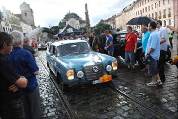 Rally Peking-Paríž. Jazdci prespali z nedele na pondelok v Košiciach, ráno pokračovali ďalej, smer Bratislava.