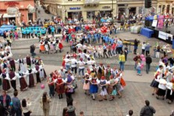 Tancovalo sa v kruhoch. Pre karičku sú typické, ideálny počet účastníkov je osem, na Hlavnej boli aj trikrát väčšie.
