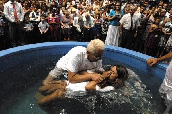 Krst v bazéne. Okrem Melánie ho absolvovalo ďalších 39 Jehovových svedkov.