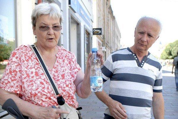 Dôchodkyňa nepodceňuje pitný režim. Bez fľaše von nevyjde.