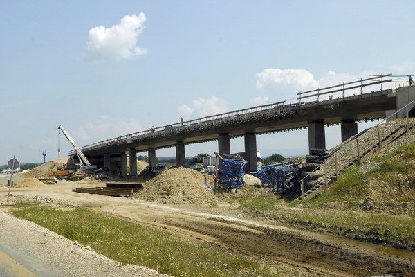 Pokračuje aj výstavba R4. Stavbári sú pred dokončením mosta za Šebastovcami.