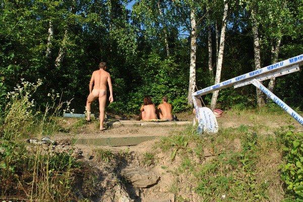 Pohľad z hladiny Bukovca. Z troch strán ukrýva nudistov les, z jednej voda.