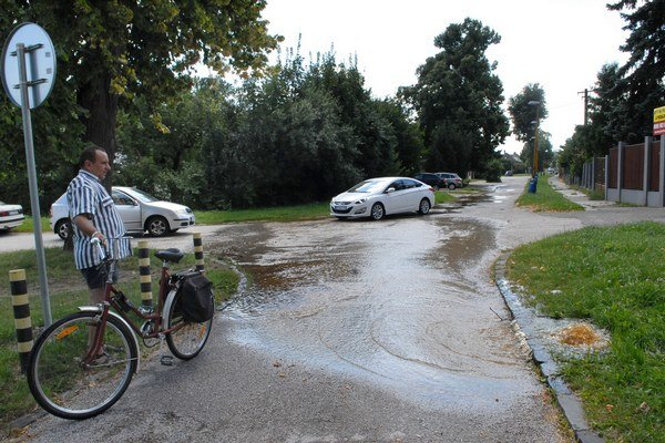 Voda zaplavila križovatku. Okoloidúci sa nestačili čudovať.