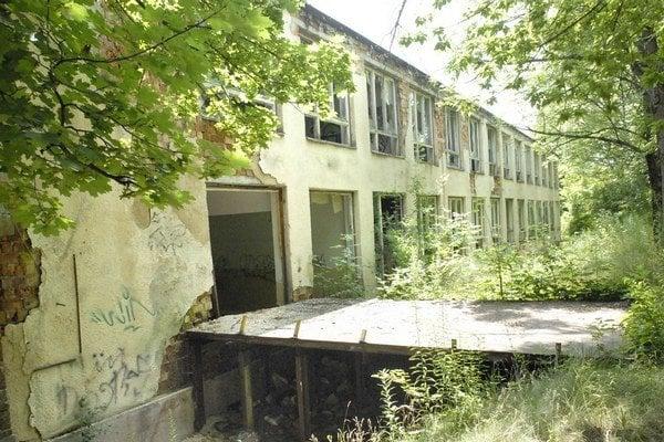 Vyjde piaty pokus? Areál bývalého športového gymnázia na Popradskej chátra už 5 rokov.