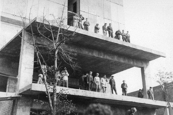 Stavba hotela Slovan. Odtiaľ hádzali ľudia na vojenské vozidlá kamene a tehly.