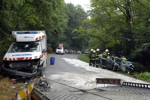 Miesto nehody. Príčinou zrážky mohla byť priveľká rýchlosť niektorého z havarovaných vozidiel.