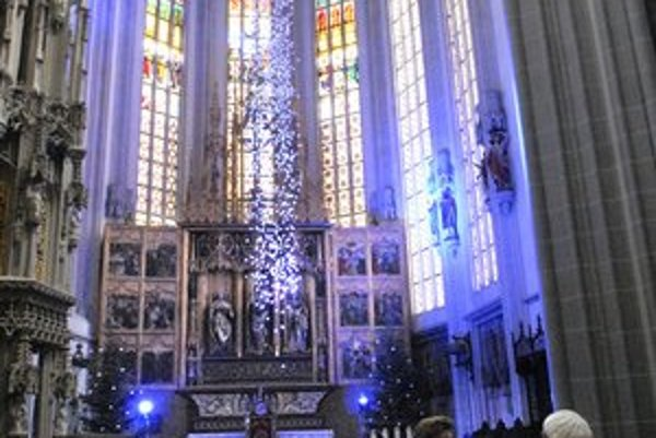 Lepiace pásky sú v dóme uchytené v blízkosti oltára na špeciálnej konštrukcii visiacej zo stropu.