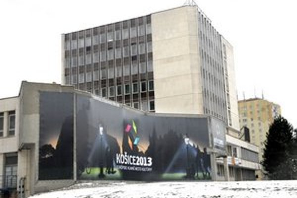 Posledný mohykán. Stenu kongresovky opravili a prekryli logom EHMK 2013.