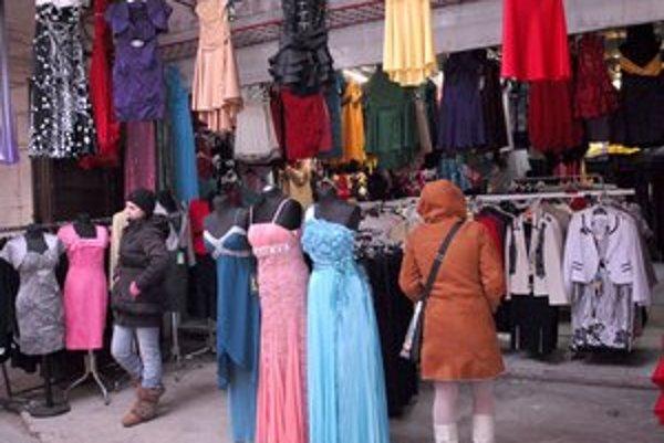 Tovaru je dosť, ľudí málo. Odišli k pohodlnejšiemu nakupovaniu.
