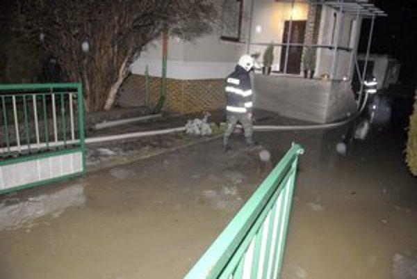 Družstevná pri Hornáde. Voda robila problémy, zasahovali hasiči.