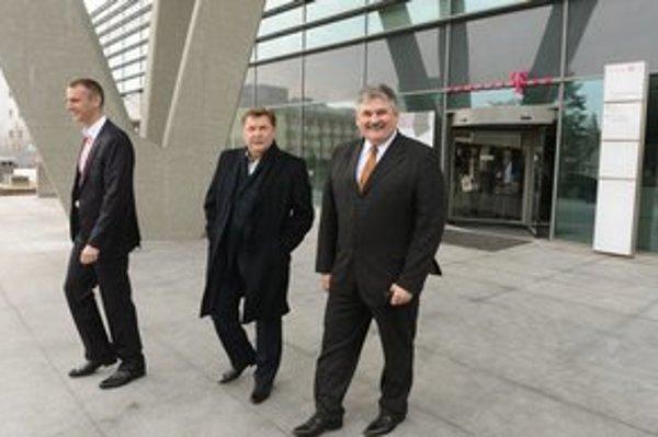 Minister (vpravo) odchádza zo spoločnosti T – Systems v Košiciach. Zľava primátor Košíc Richard Raši a predseda Košického samosprávneho kraja Zdenko Trebuľa.