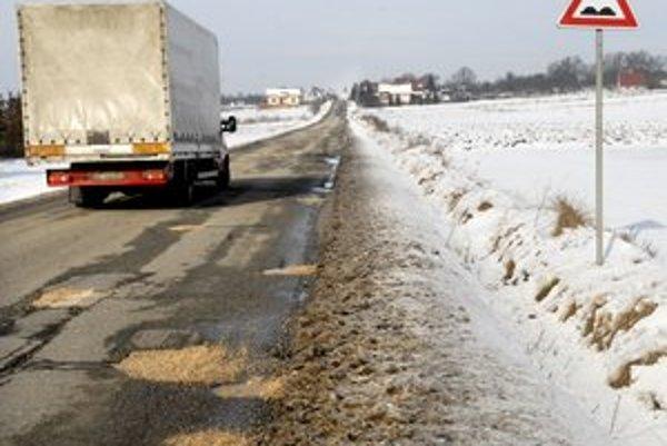 Cesta Rozhanovce - Košické Oľšany. Využívajú ju nielen miestni, ale slúži aj ako skratka na diaľnicu do Budimíra.