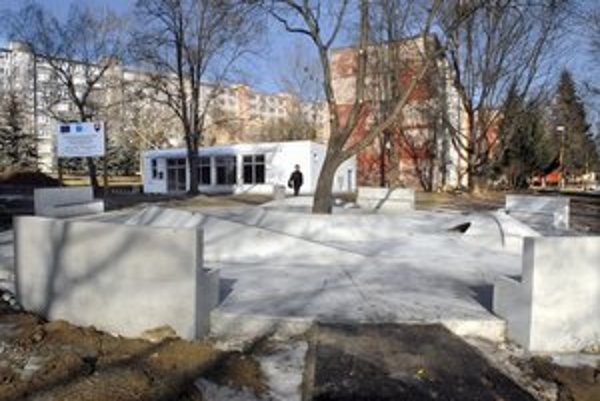 Ľudová. Súčasťou stavby bolo vytvorenieho malého skateparku vonku.
