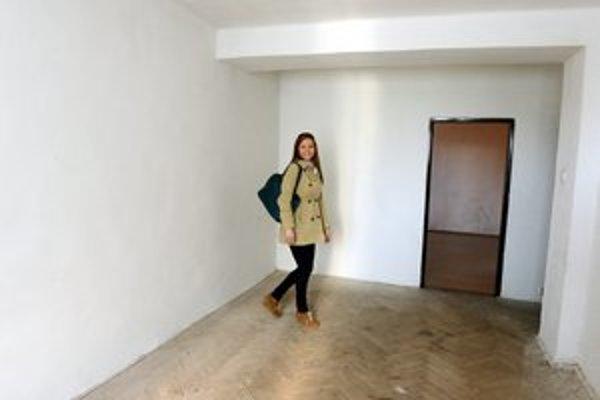 Vyžrebovaná majiteľka bytu Zuzana Špiľková v izbe svojho bytu.