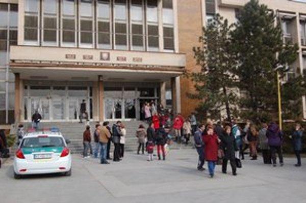 Evakuácia budovy. Muselo ju opustiť asi 500 ľudí.