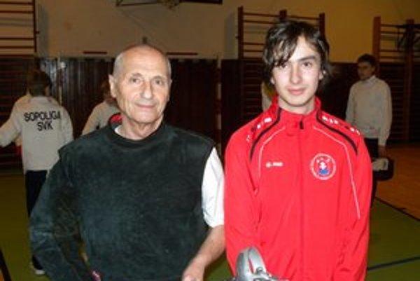 Tréner a jeho zverenec. Tibor Šafárik a talentovaný kordista Adrián Andrási (vpravo).