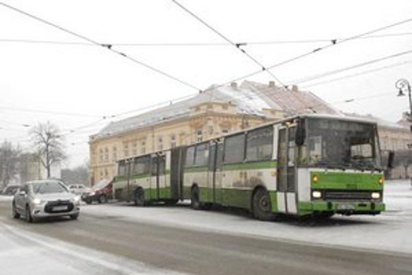 Zablokovaný autobus. Bránil prejazdu električiek.
