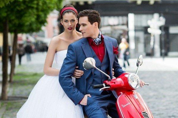 V lete vládne nášmu šatníku uvoľnená a pohodlná móda. Platí to aj pre svadobné šaty a oblek.