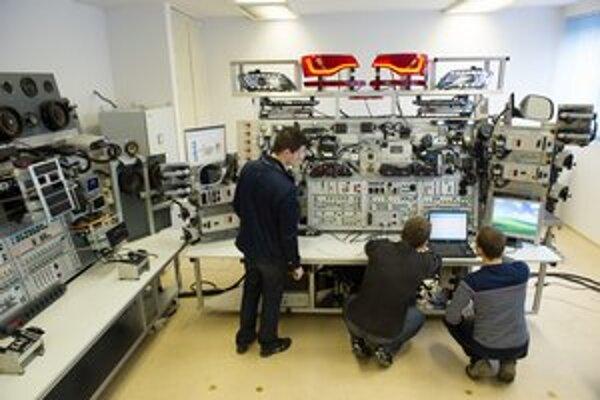 Študenti pri práci s novým zariadením získajú skúsenosti s elektronickými a elektrickými systémami automobilov.