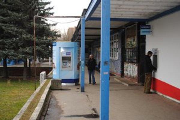 Z vykradnutia 13 bankomatov na východe Slovenska boli obvinení traja muži z Košíc a okolia.