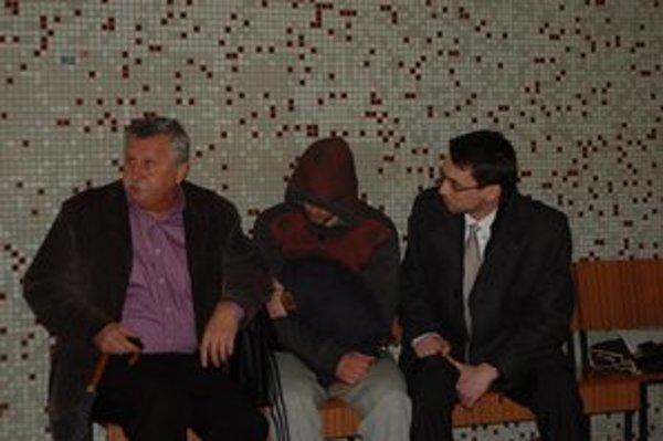 Díler Peter (v strede) na súde. Najal si až dvoch obhajcov.