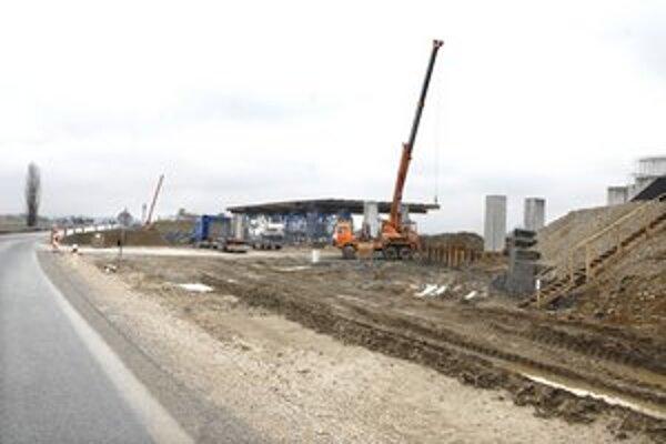 Rýchlocesta R4. Najväčší stavebný ruch je momentálne na stavbe mosta za Šebastovcami.