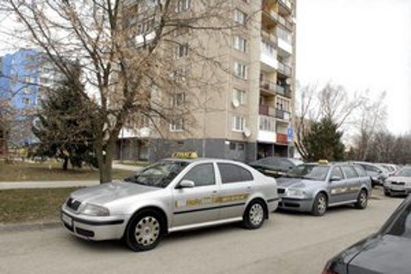 Taxi na Považskej. Vyhradené miesta na parkovanie nepotrebujú.