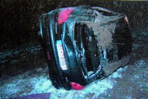 Havarovaný Peugeot 206. Smrteľne zranil 33-ročnú ženu.