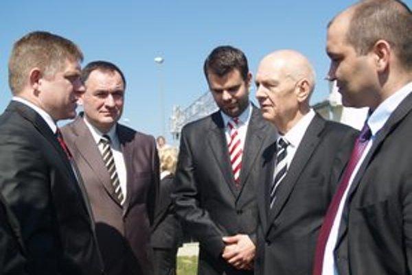 Premiér R. Fico s prešovským županom a zástupcami Grandwood holding, S. Lakatoš druhý sprava