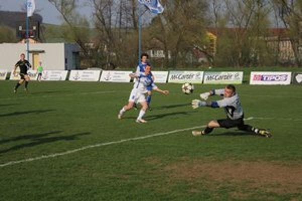 Roman Jurko (v bielom). Objavil sa v takejto šanci pred brankárom Pronajom, avšak gólman Martinčanov ho vychytal.