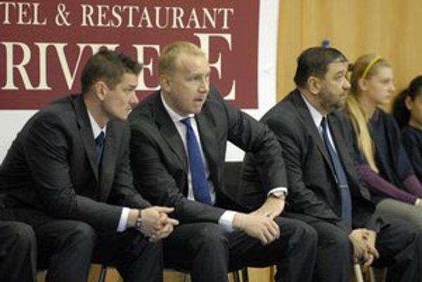 Maroš Kováčik. Tréner basketbalistiek Good Angels Košice (uprostred) na lavičke počas zápasu.